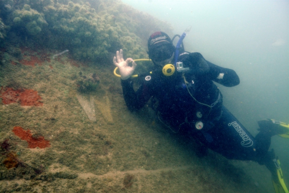 """Diver at the  letter """"W"""", bow of the wreck. (Foto: G. Knepel)"""